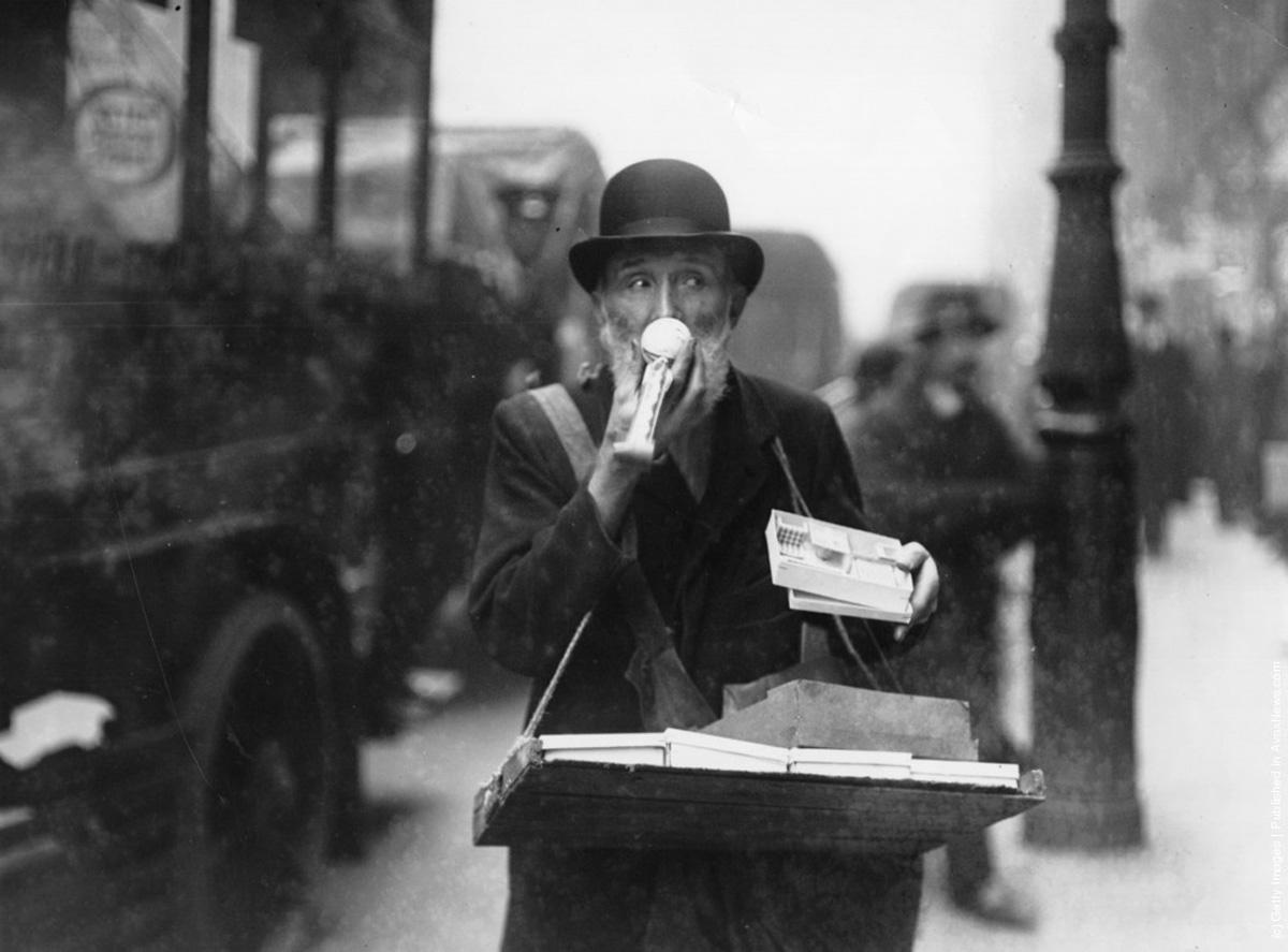 """1913 -"""" Vânzatori ocazionali de Crăciun, precum acesta din Lodgate Hill si Holborn ticseau străzile Londrei"""". ( Topical Press Agency/Getty Images)."""