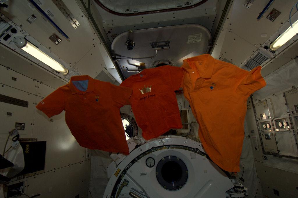 André Kuipers/ESA/NASA-Oare cele trei tricouri portocalii ne vor aduce noroc ?