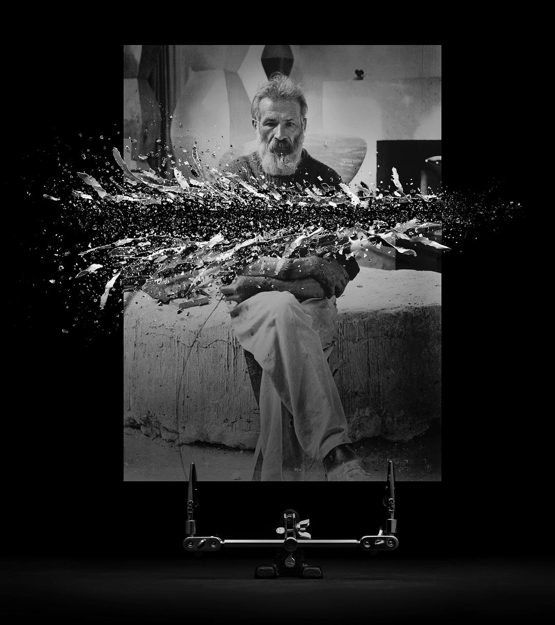 © Fabian Oefner | Pentru această fotografie am folosit o imagine (autoportret, n.r.) realizată de faimosul sculptor Constantin Brancusi. Dacă vă uitați cu atenție, puteți vedea firul declanșatorului aparatului de fotografiat, pe care acesta îl ține în mâna stângă. Îmi place tensiunea creată între aspectul său calm, aproape absent și puterea cinetică a materialului care se dispersează spre exterior.