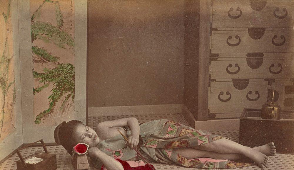 Kusakabe Kimbei Femeie întinsă ținându-și pipa