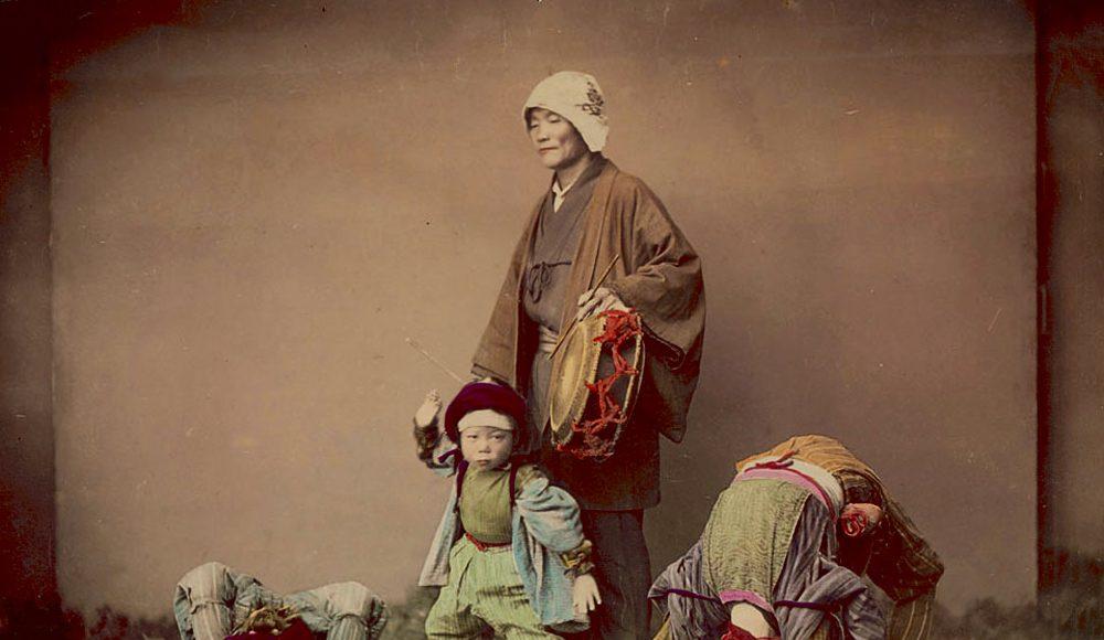 Kusakabe Kimbei-Toboșar cu copii acrobați