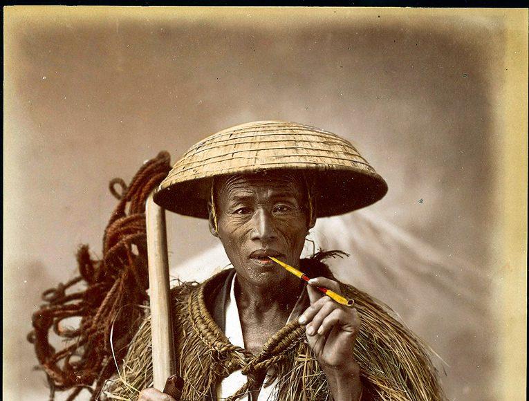 Kusakabe Kimbei - Lucrător cu haină de ploaie