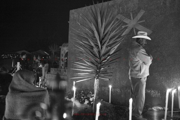 oaxaca-dia-de-los-muertos-celebration-in-the-cemetery
