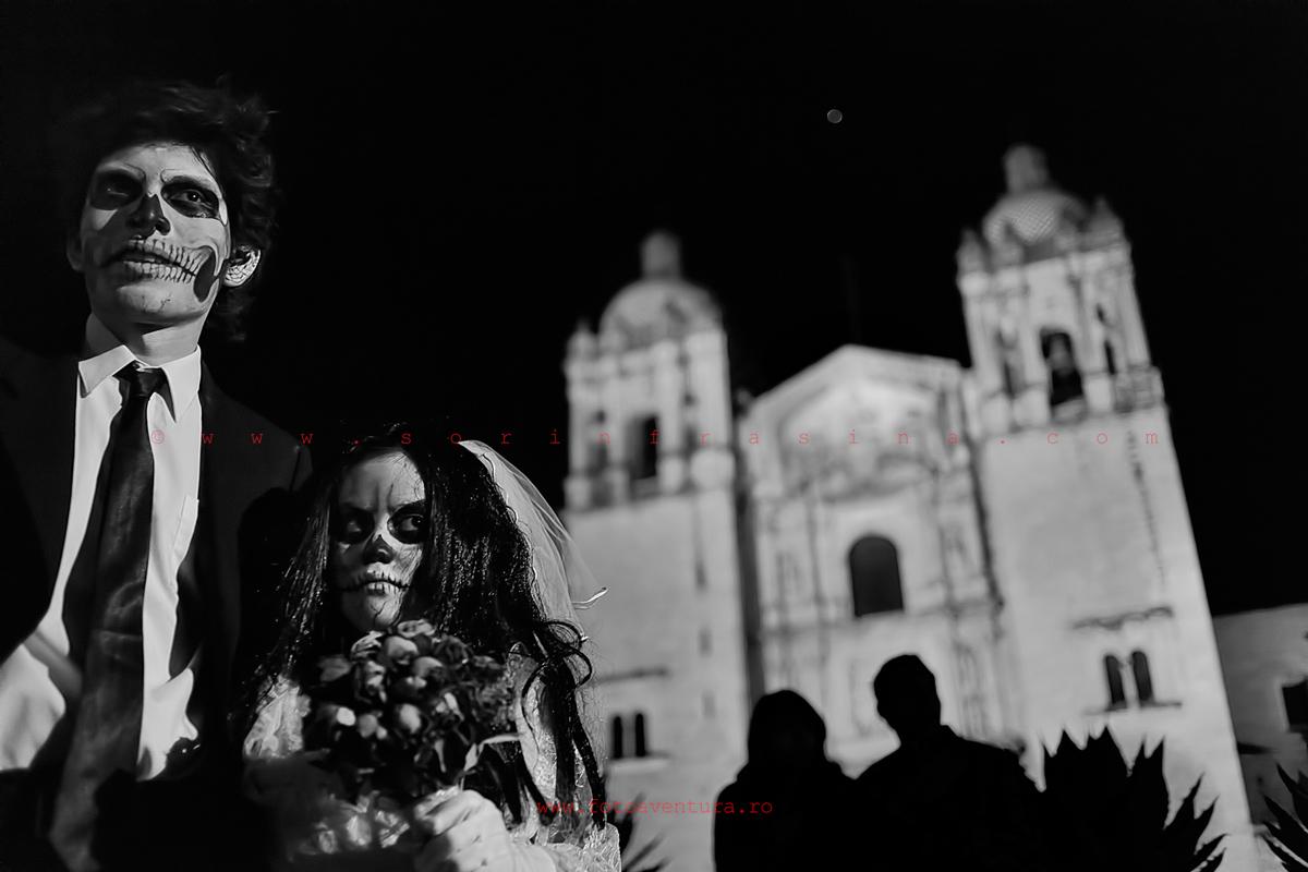 Tineri în fața bisericii, Oaxaca, Dia de los Muertos, 1 noiembrie, sărbătoarea spiritelor adulților