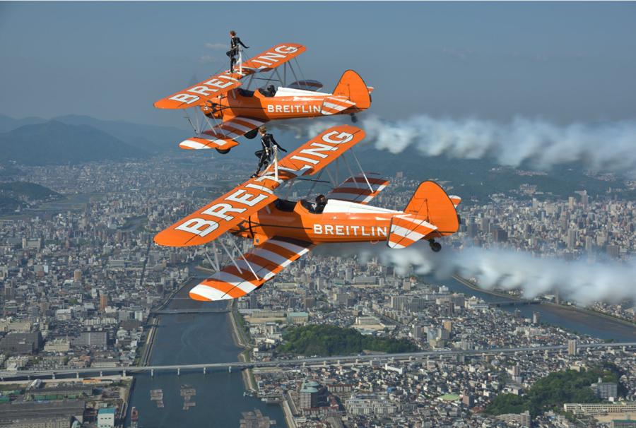 Sarah Tanner și echipa Breitling Wingwalkers în Japonia