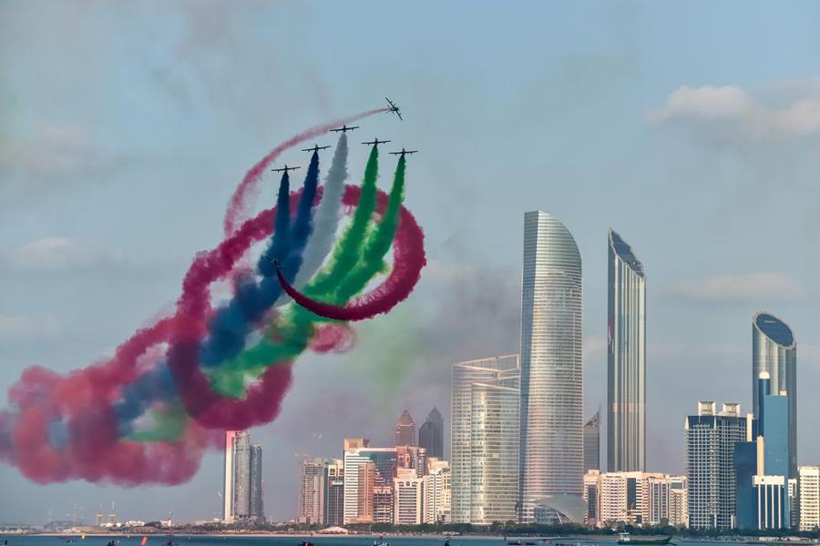 Echipa aviatică a Emiratelor Arabe Unite, Al Fursan (Cavalerii), zburând cu Alenia Aermacchi MB339s într-un show aviatic din 2014 desfășurat la Abu Dhabi
