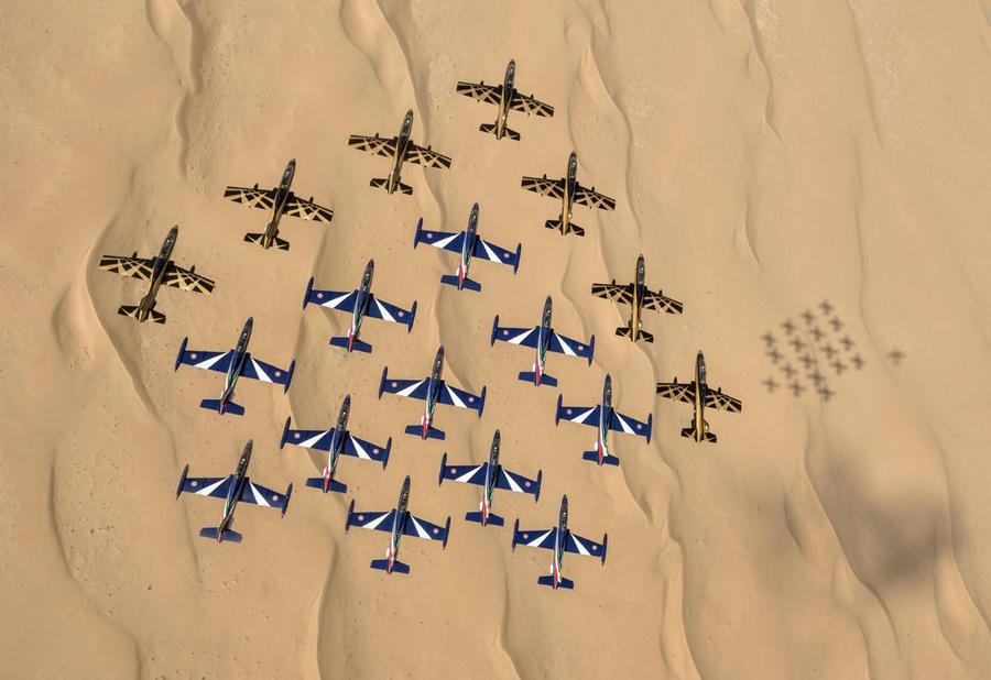 Aceste Alenia Aermacchi MB339s aparținând Italian Airforce și United Arab Airforce s-au dispus într-o impresionantă formație de 18 aeronave în apropierea Dubai-ului în anul 2015