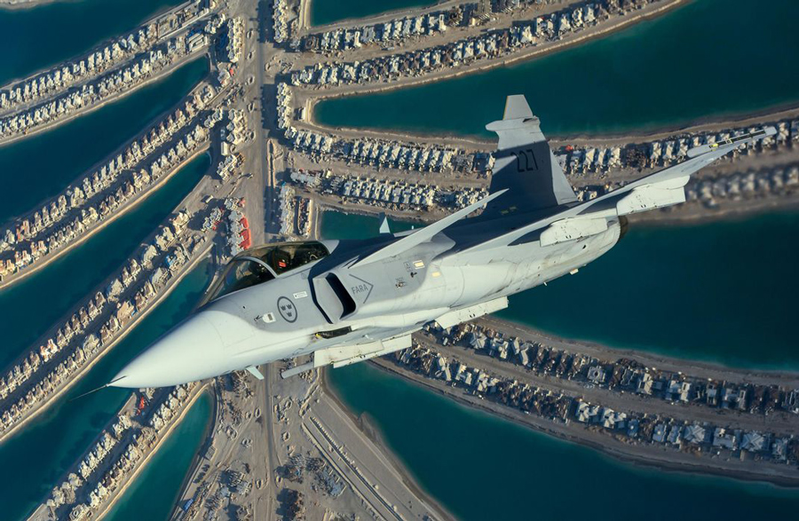 Acesta este un Saab Griphen în timp ce execută un viraj strâns spre dreapta deasupra Palm Jumeirah - Emiratele arabe Unite , în 2008