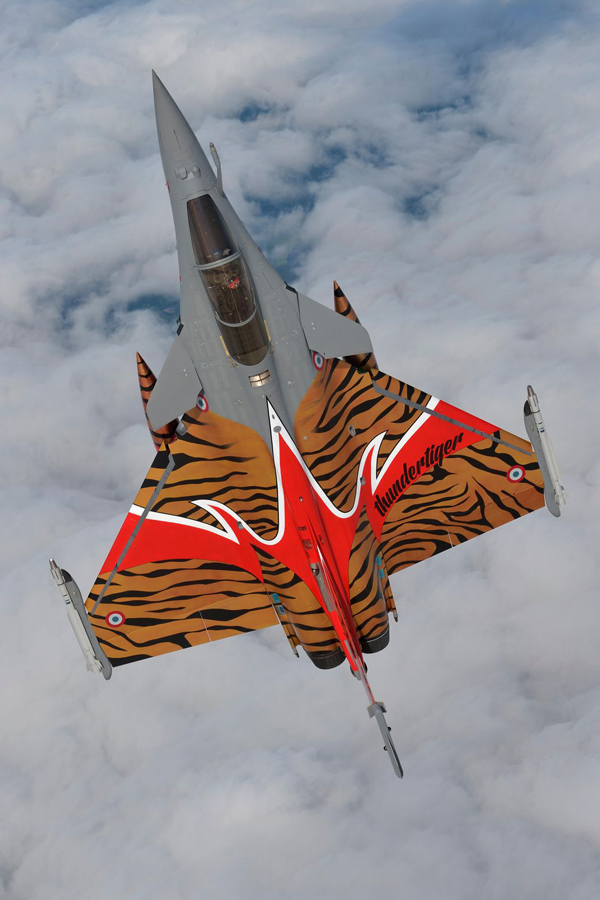 Un Dassault Mirage 2000 multicolor plonjând în norii de deasupra comunei Jagel, Germania