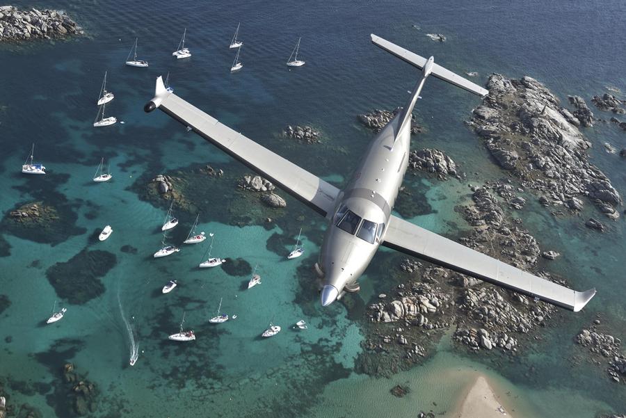Pilatus PC-12 zburând deasupra Mării Mediterane, Propriano, Corsica în 2017