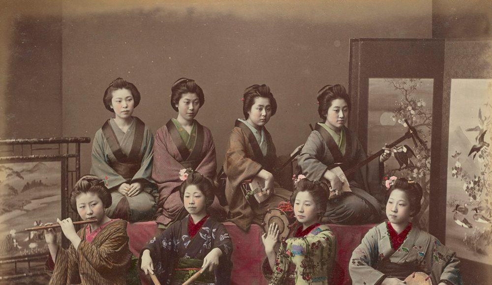 Kusakabe Kimbei Femei japoneze cântând la instrumente tradiționale