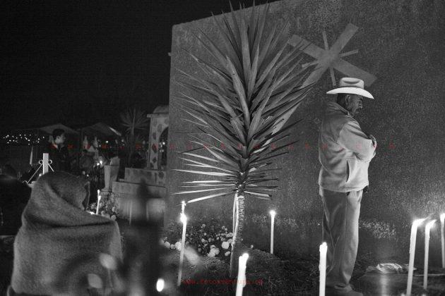 oaxaca-dia-de-los-muertos-celebration-in-the-cemetery