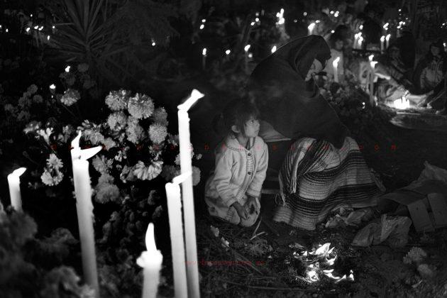oaxaca-dia-de-los-muertos-candels-night-in-the-cemetery
